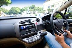 Conduire un véhicule en ville images libres de droits