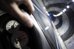 Conduire une voiture à l'intérieur d'une route de tunnel photos stock