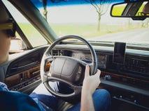 Conduire une voiture de vintage Images libres de droits