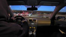 Conduire une voiture la nuit banque de vidéos