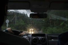 Conduire une voiture par temps pluvieux photographie stock