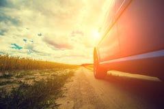 Conduire une voiture sur un chemin de terre rural photo libre de droits