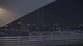 Conduisant à Changhaï, vue de la rivière et du paysage urbain de nuit banque de vidéos