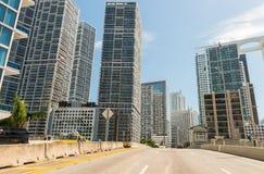 Conduisant à Miami, la Floride Bâtiments de ville le long de route principale Images libres de droits
