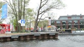 Conduisant avec un bateau par le paysage urbain de Brandebourg un der Havel, à la rivière de Havel Dépassement par le secteur de  banque de vidéos