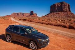 Conduisant par la vallée de monument, l'Utah, Etats-Unis Image stock