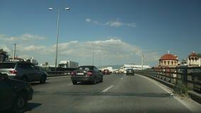Conduisant sur une route à Athènes, vue par le pare-brise avant Aller sur le passage supérieur Route de la Grèce banque de vidéos