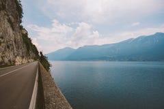 Conduisant sur une route scénique le long de policier de lac, l'Italie Jeunes adultes Vacances européennes, vivant, style de vie, Image libre de droits