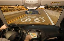 Conduisant utilisant GPS sur Route 66 historique, la Californie, Etats-Unis image libre de droits