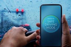 Conduisez avec le concept sûr Conducteur Switching Smartphone à la sécurité M Photos stock