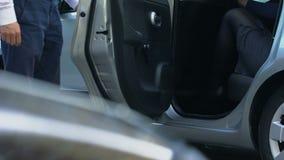 Conduisez la portière de voiture d'ouverture pour la dame d'affaires, carriériste réussi de femme banque de vidéos
