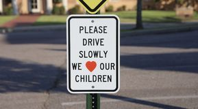 Conduisez lentement l'avertissement de zone de croisement d'école Images libres de droits