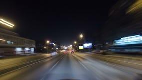 Conduisez par le trafic des voitures dans la ville de Moscou banque de vidéos