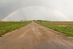 Conduisez par un arc-en-ciel du comté Photos libres de droits