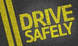 Conduisez sans risque écrit sur la route photos libres de droits