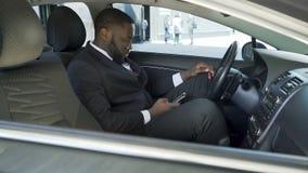 Conduisez se reposer dans la voiture garée près de l'arrivée de attente d'aéroport de l'avion d'invités banque de vidéos