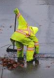 Conduit d'égout de nettoyage de travailleur Photographie stock libre de droits