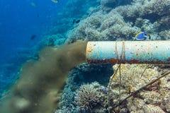 Conduit d'égout sous-marin images stock
