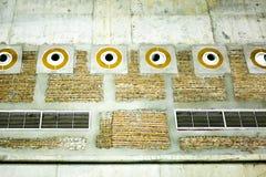 Conduit d'air et grille d'aération dans l'entrepôt Photographie stock
