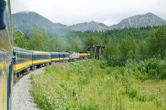 Conduite 2 de train de l'Alaska photographie stock libre de droits
