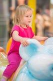 Conduite adorable de chéri sur le carrousel dans le mail Photographie stock libre de droits