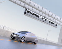 Conduite autonome argentée sur la route Image stock
