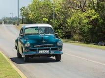 conduite classique et rétro de taxi de vintage sur la route au Cuba Photos stock