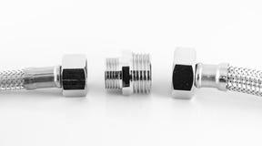 Conduite d'eau élastique de fibre en métal avec des connecteurs Images stock