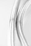 Conduite d'eau élastique de fibre en métal avec des connecteurs Photographie stock libre de droits