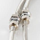 Conduite d'eau élastique de fibre en métal avec des connecteurs Photo stock
