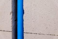 Conduite d'eau dans le mur de briques aéré Photos libres de droits