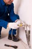 Conduite d'eau de fixation de plombier Photographie stock libre de droits