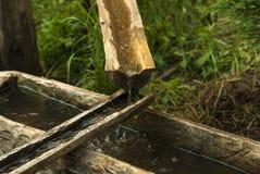 Conduite d'eau primitive des gouttières en bois images stock