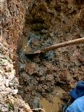 Conduite d'eau réparée avec la pelle Photo libre de droits
