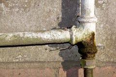 Conduite d'eau rouillée et disjointe de ménage photographie stock libre de droits