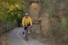 Conduite d'un vélo sur le journal scénique Photographie stock libre de droits
