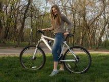 Conduite d'une bicyclette image stock