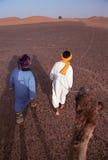 Conduite dans le désert noir photographie stock libre de droits