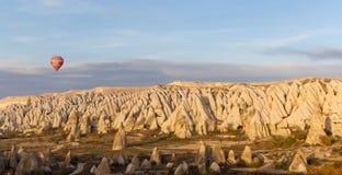 Conduite de ballon de coucher du soleil dans Cappadocia, Turquie Photographie stock libre de droits