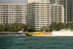 Conduite de bateau de tressaillement à Miami image stock