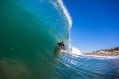 Conduite de cavité d'adrénaline de surfer   Image stock
