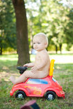 Conduite de chéri sur le véhicule de jouet image libre de droits