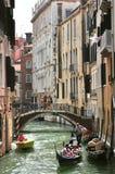 Conduite de gondole ? Venise, Italie Photographie stock libre de droits