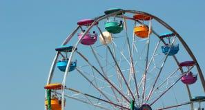 Conduite de roue de Ferris, avec le ciel bleu clair Photo libre de droits