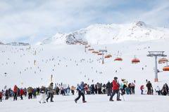 Conduite de skieurs sur des Alpes Photographie stock libre de droits