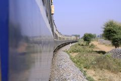 Conduite de train par la campagne photo stock