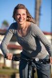 Conduite de vélo de femme Images libres de droits