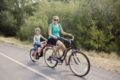 Conduite de vélo de famille Photo libre de droits