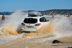 Conduite de 4WD Hyundai à travers un lavage au Queensland Photo stock