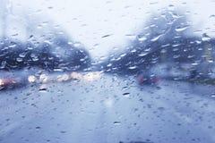 Conduite pluvieuse de véhicule Photographie stock libre de droits